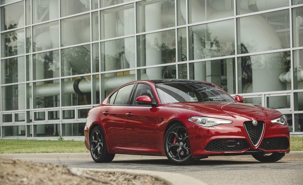 Alfa Romeo Giulia (Ảnh: Caranddriver)